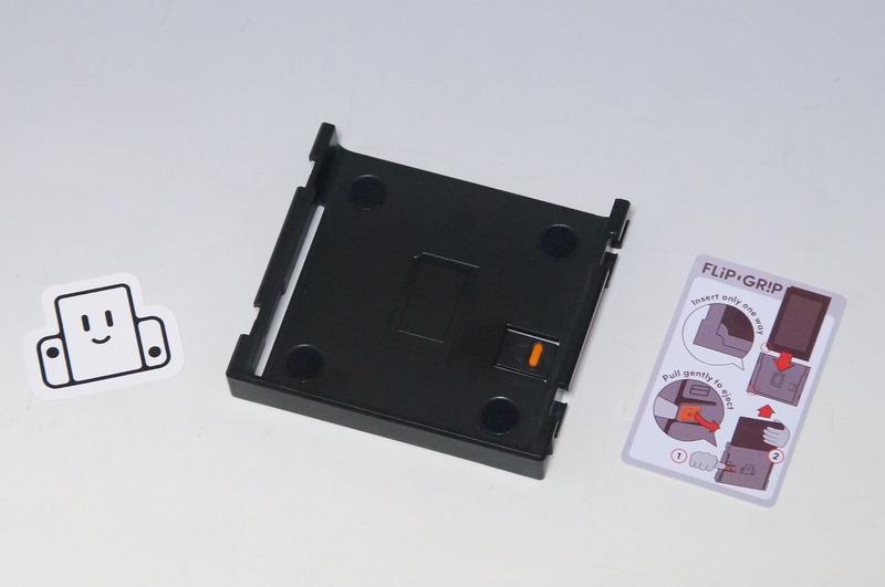 「Flip Grip」の製品自体はシンプルなもので、中央のアタッチメントが本体になる。ステッカーや使用方法が書かれたカードが付属
