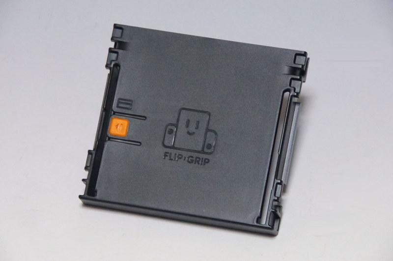 収納部にはフェルト素材が4箇所貼られているほか、本体の固定にオレンジ色のラバーパーツも使わっている。左右には排熱用のスリットがあるが、ここにカードを差すと簡易の縦画面スタンドにも使用できる