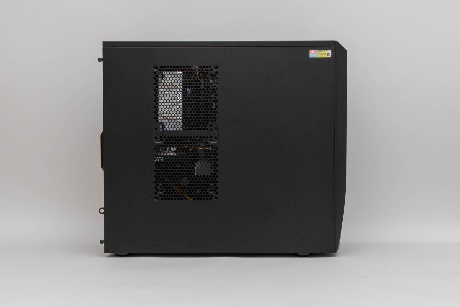 吸気・排熱能力を強化するため、サイドパネルはメッシュ加工が施されている