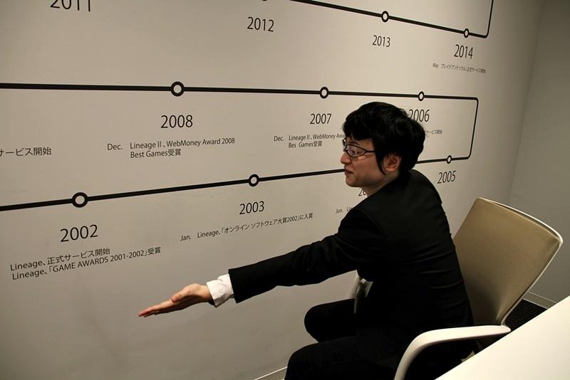 インタビューを行なったエヌシージャパンの会議室の壁には、タイトル年表が掲示されていた。「リネージュ」の正式サービス開始は2002年と、まさに日本におけるMMORPG黎明期