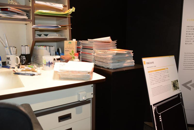 レゴ、世界の歩き方、膨大なメモなどが並ぶ河森氏の机