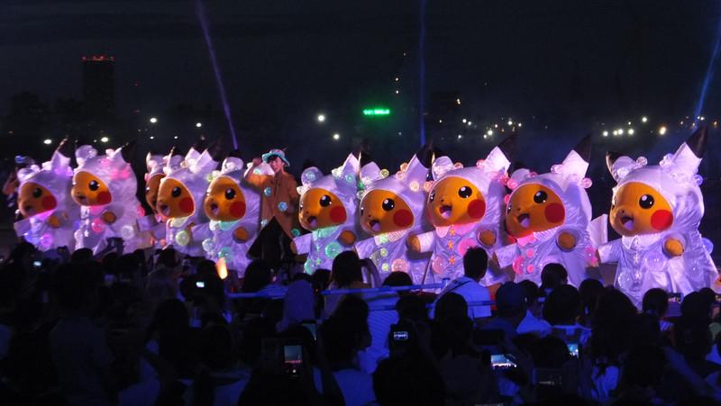 華やかに吹き上げる水の演出と音楽をバックに、光るレインコートに身を包んだピカチュウたちがダンスするイベント。カラフルかつ涼し気なパフォーマンスを堪能できる