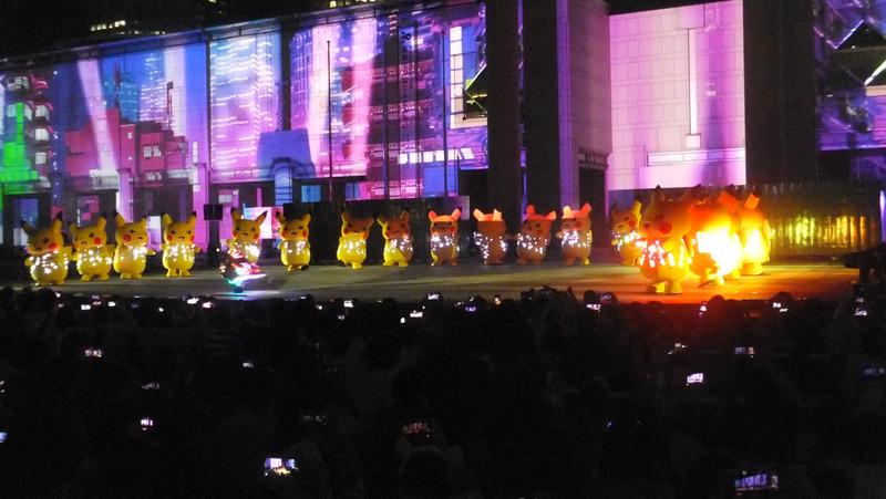 中央のステージではダンサーとのコラボも見られる