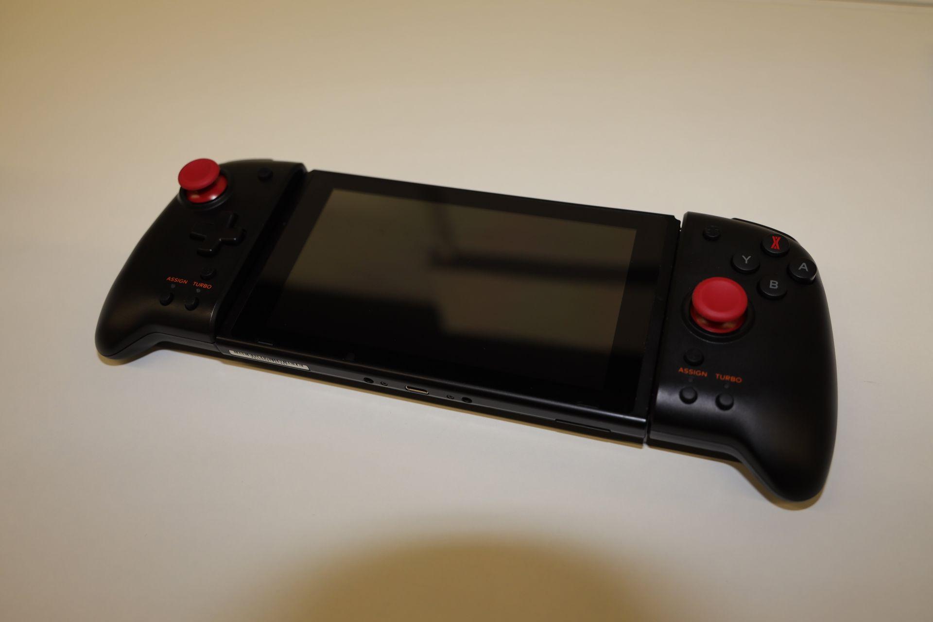 携帯型ゲーム機としては過去最大規模に横に長くなるが、グリップ感が向上し、片手でもガッチリ持てるようになっているため、使いやすさは増している