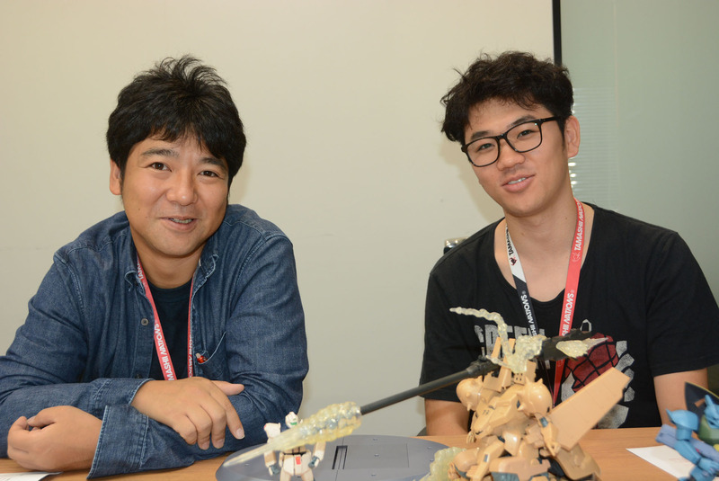 BANDAI SPIRITS コレクターズ事業部の野口勉氏(左)と、相澤歩氏。相澤氏は昨年から様々な商品を野口氏の元で手がけている。「ver. A.N.I.M.E.」ならではの注意点や、お客様への働きかけなどを学んでいるとのことだ。インタビュー中に商品の仕様やチェック体制で細かく話し合う場面も