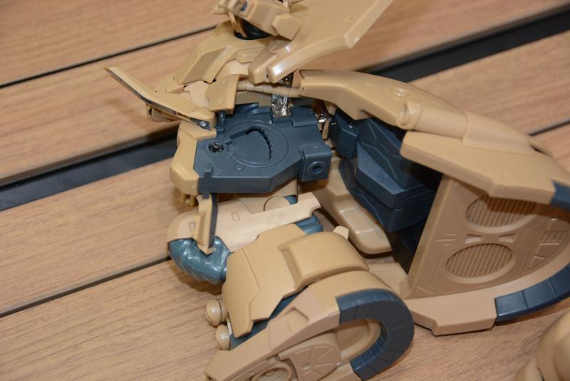 基部には金属パーツを使用、各部をしっかり曲げることができ、付け根の可動範囲も広い
