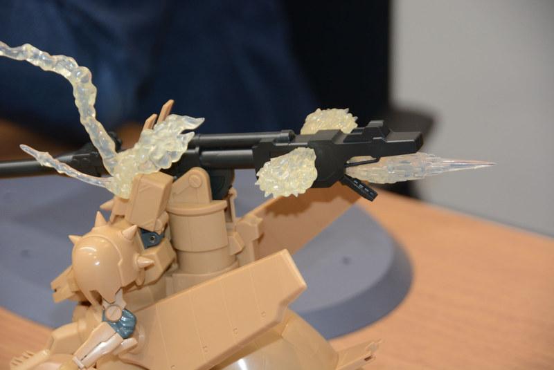 砲の後部には3つものパーツをつける。砲身にもエフェクトパーツがつき、重量はかなりのものになるが、ラチェット機構がしっかりと支える