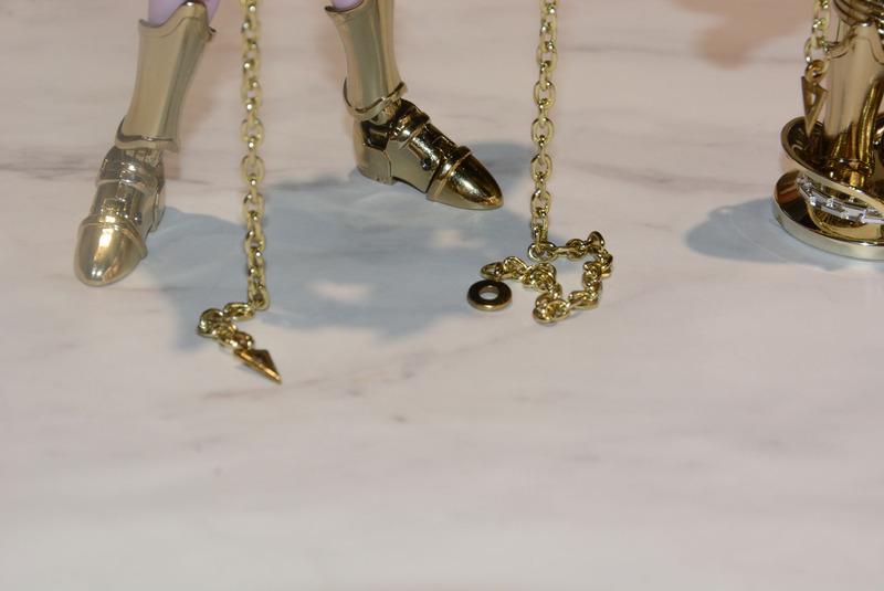 鎖の先まで独特の魅力を持つ金色に彩色されている。この金はメッキ処理によるものだ