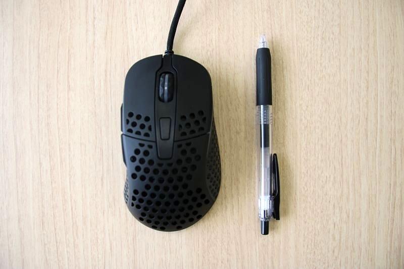 ボールペンとの比較。サイズは全長約120mmで、全高約39mm