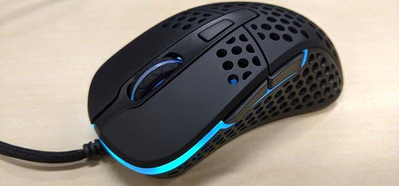 ゲーミングマウスらしく光る。光量の変更も可能