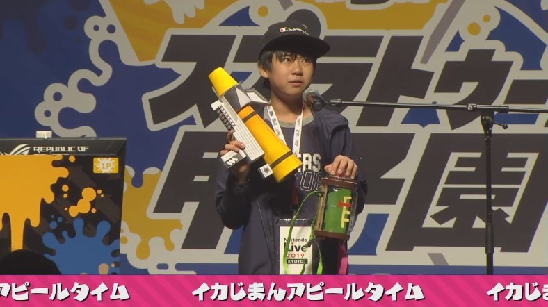 masaki氏はペーパークラフトのブキと、Nintendo Laboによって様々なギミックが仕込まれた「インクタンク」を披露。なにこの技術力