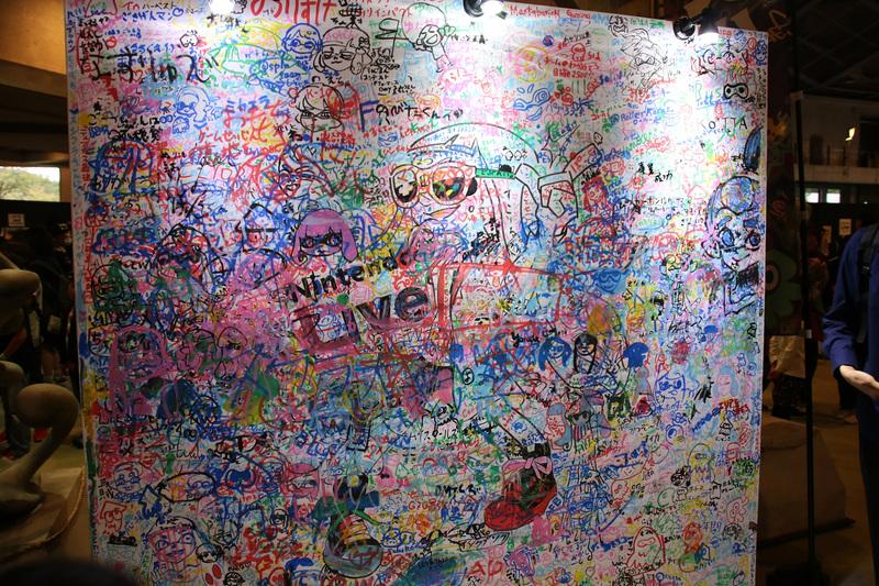 巨大なメッセージボードに思い出や大会参加への意気込みが書き込める「美術部」。Day2の後半にはメッセージで埋め尽くされており、さながら「ナワバリバトル」の後のようになっていた
