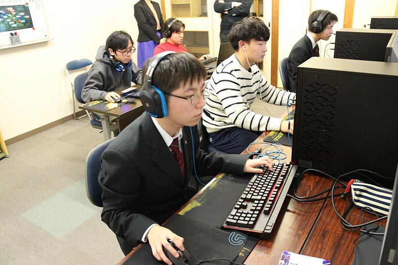 2018年12月取材時の岡山共生高校。写真の赤バフこと佐倉涼太さんは、このあと「LoL」プロチーム、Burning Core所属のプロゲーマーとなる