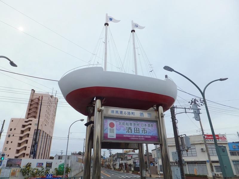 JR酒田駅前にあるモニュメントは船がモチーフ