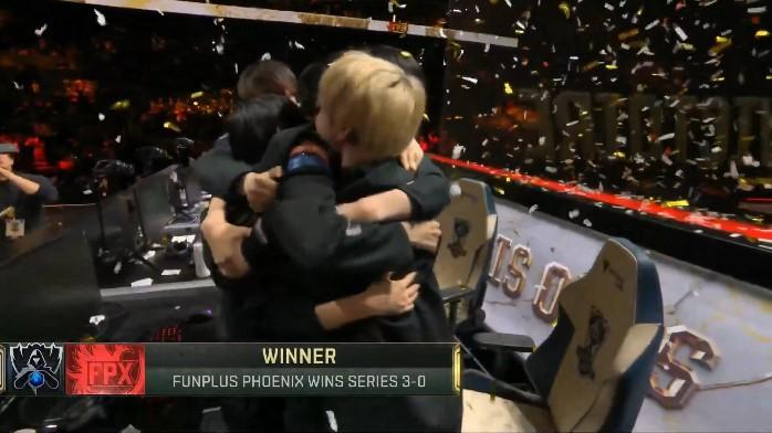 優勝が決まった瞬間、メンバー同士抱き合って喜びを分かち合う中国「FunPlus Phoenix」