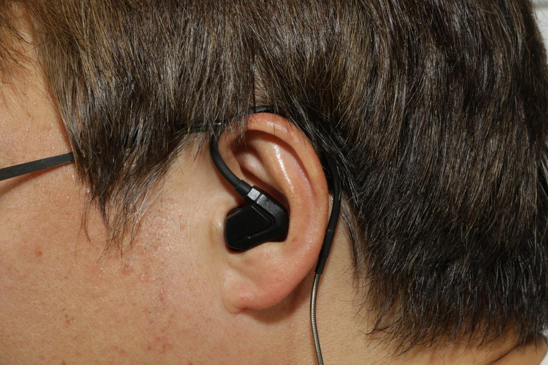 ヘッドセット部から伸びるイヤーフックは形を整えて耳にフィットさせることができる。重量は公開されていないが、かなり軽い部類に入るので、装着していても疲れることがない