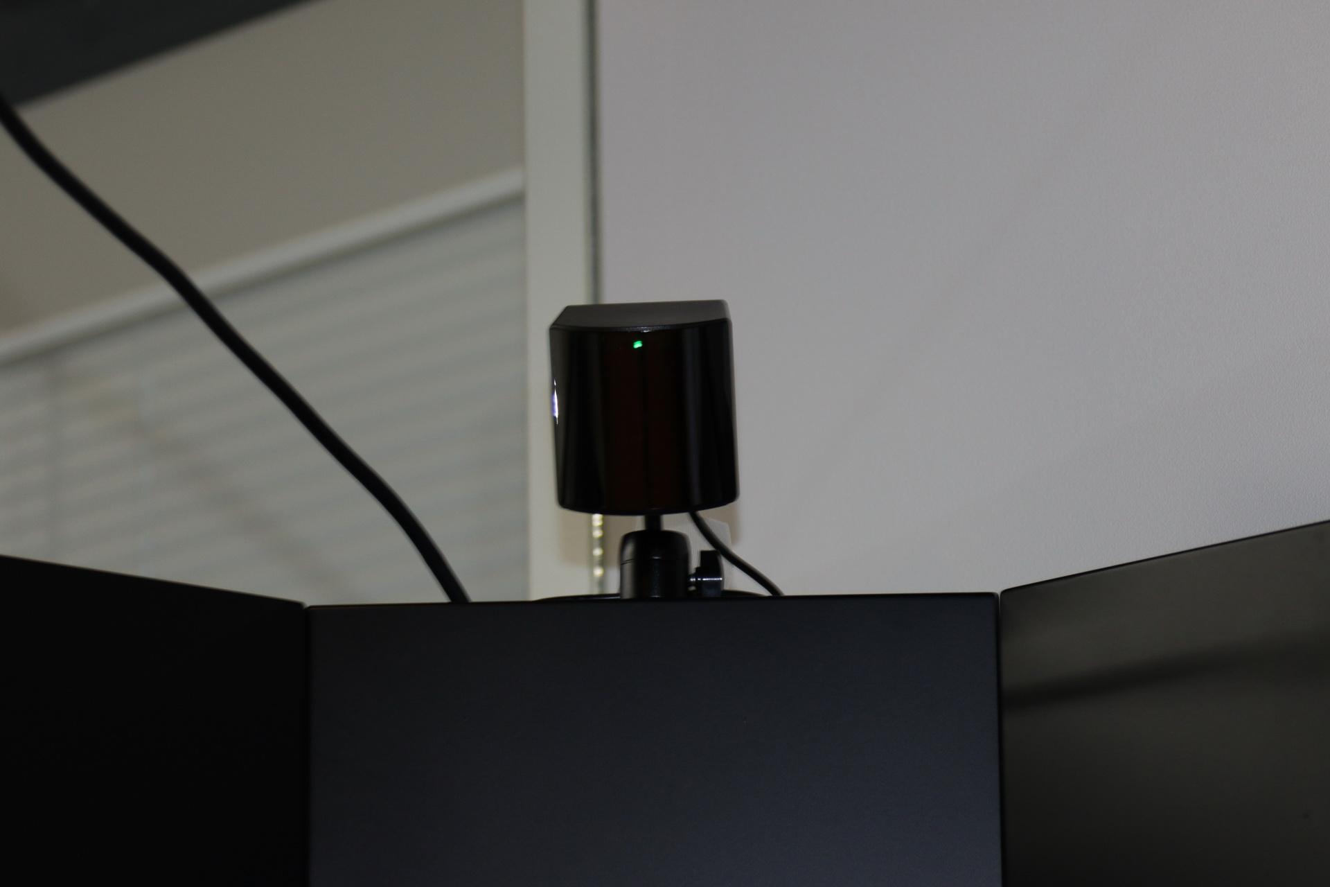 テレビ上部に取り付けられているベースステーション