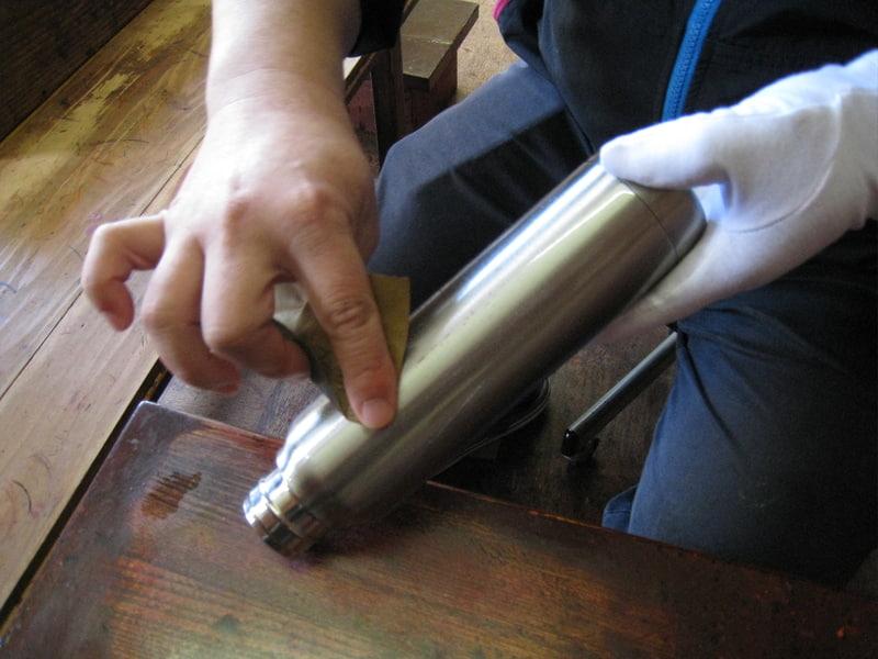 下地塗後、サンドペーパーで1つずつ手作業で研磨する
