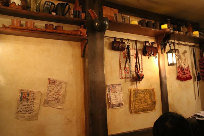 中世感溢れる店内と、普通に(?)現代風で美味しいフード。斧型のミートパイは今回のイベントのために用意された特別メニューだとか