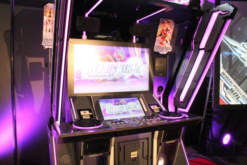 最新作となる「beatmania IIDX27 HEROIC VERSE」と、その専用筐体