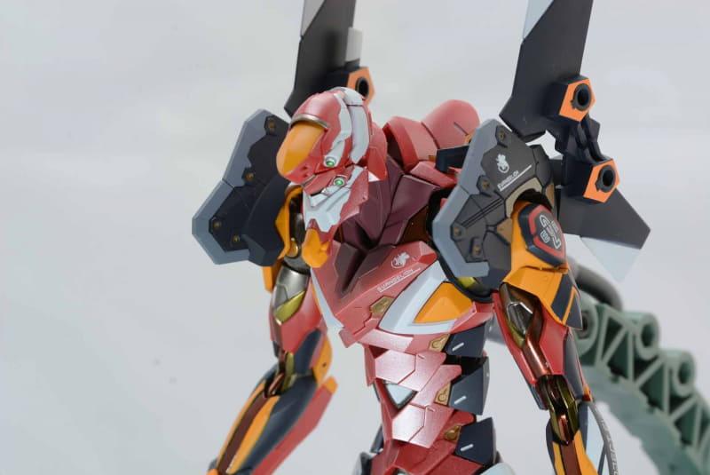 特徴的な4つの目。肩のカラーリングがオリジナルと違うので、兵器感が強く感じる