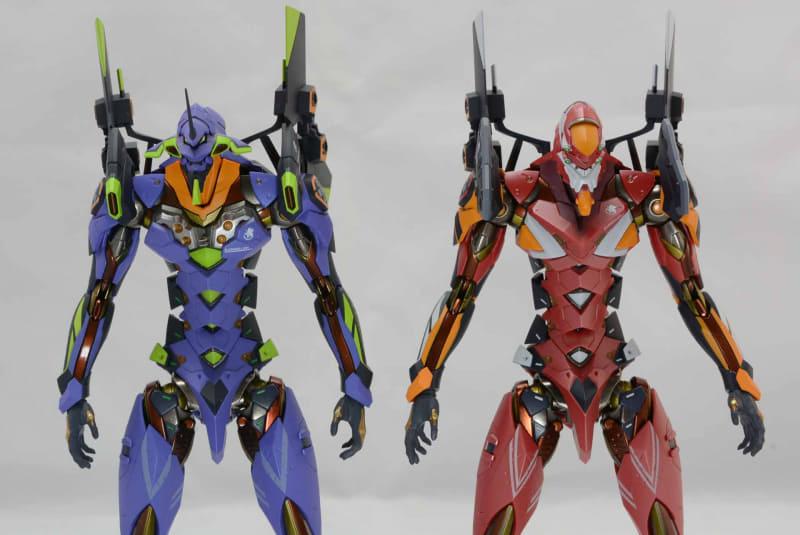 初号機との比較。頭部、胸、肩のパーツが違う。共有部品は多いが、カラーリングが違うと雰囲気ががらりと変わる