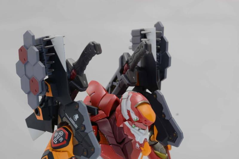 肩装甲は武器のプラットフォームとなる。ニードルランチャーでかなりボリュームアップだ
