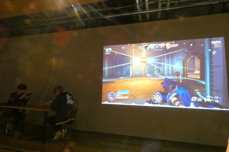 Switch版でのプレイ経験はあまりないという2人のプレイの様子が中央のスクリーンに映し出された