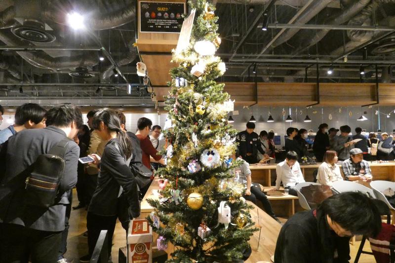 会場内のクリスマスツリーはファンから送られたオーナメントでデコレーションされていた