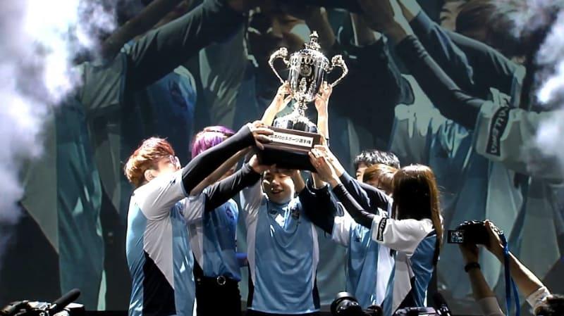優勝を決め、カップを掲げる「KDG N1」