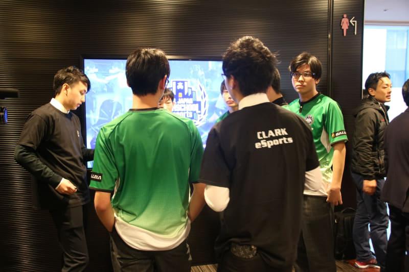 2試合の直前、Yukiコーチを交えてミーティングを行なう「Yuki飯食べ隊」