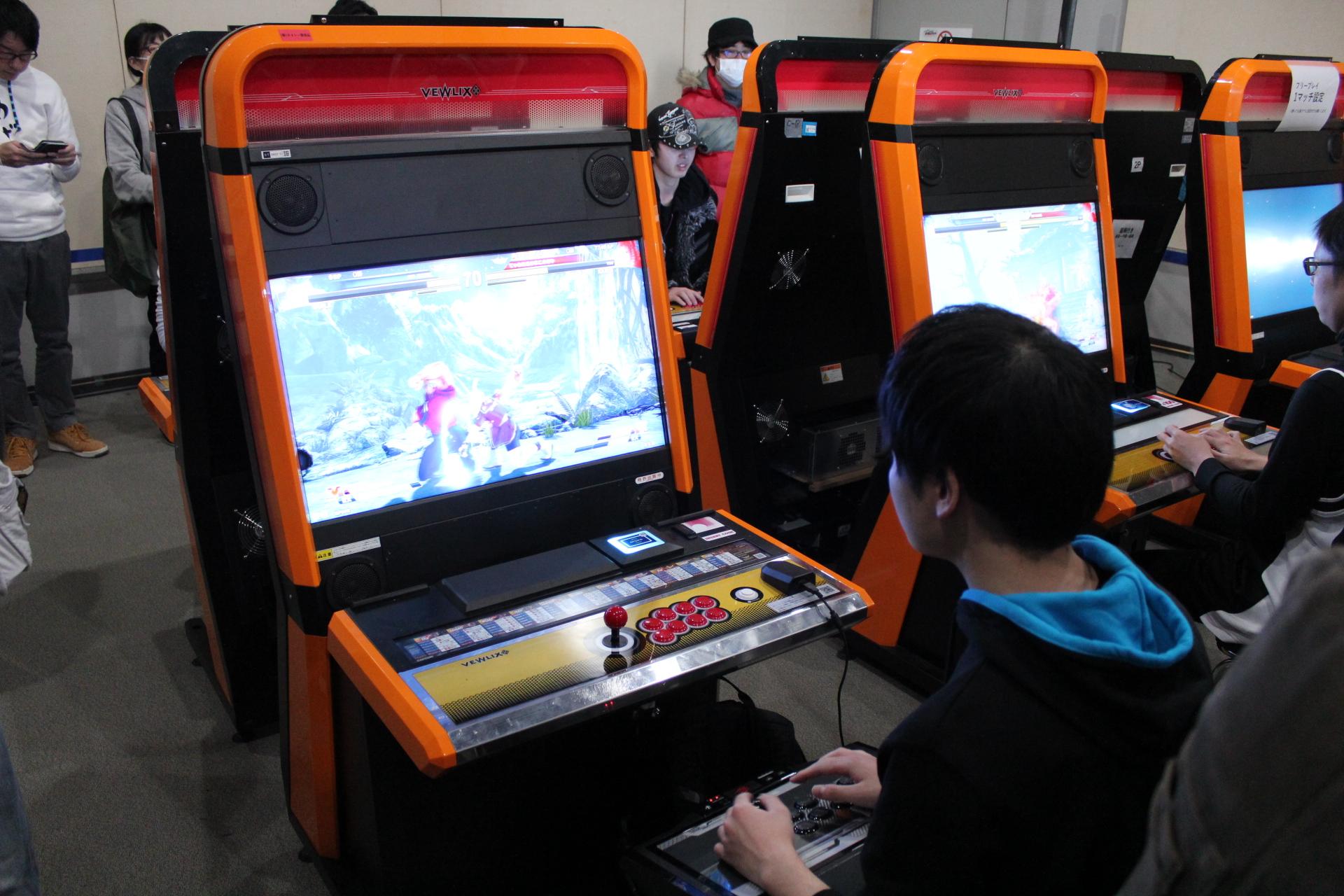 マイアケコンを筐体に接続してプレイする参加者