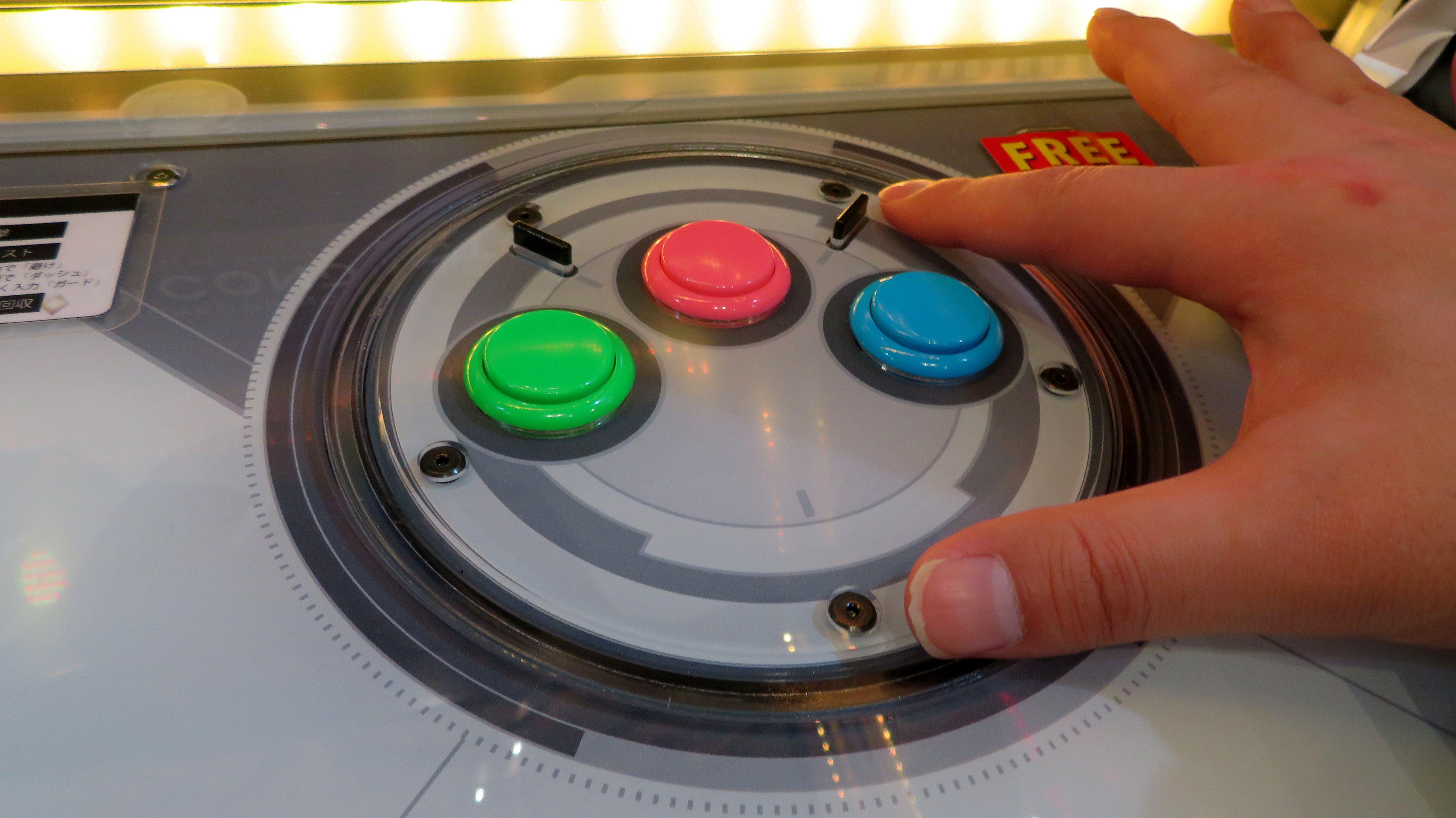 右手側には3個のボタンがあり、左から順に回収、攻撃、ブースト(※1回押すとダッシュ、2回押すとガード)ボタンになっている