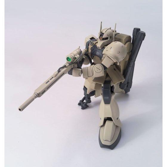 「HGUC 1/144 ザクI・スナイパータイプ(ヨンム・カークス機)」。左膝に射撃時用の専用ニーパッドが付属。機能に特化したパーツもロボットの魅力だろう