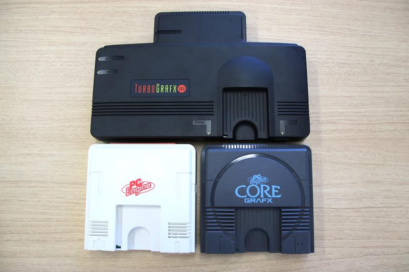 3製品を並べてみたところ。「PCエンジン mini」と「PC Engine Core Grafx mini」はサイズがほぼ同一なのに対して「TurboGrafx-16 mini」の倍近い幅の大きさが目立つ。これは元々オリジナルの「TurboGrafx-16」自体の筐体が大型だった事に起因する。オリジナルの上部の出っ張り部分には拡張バスがあり、ここにCD-ROM2などの拡張ユニットが接続できるようになっていた