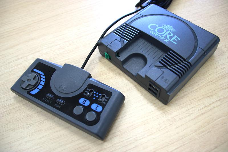 PC Engine Core Grafx mini本体は外装のデザインが異なるが、サイズはPCエンジン miniとほぼ同じ。付属コントローラーは連射機能付きのターボパッドだ