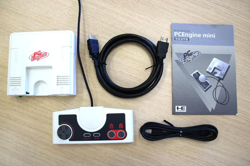 本体以外の同梱品はUSB接続のコントローラーとHDMIケーブル、microUSBケーブル、取扱説明書とシンプル