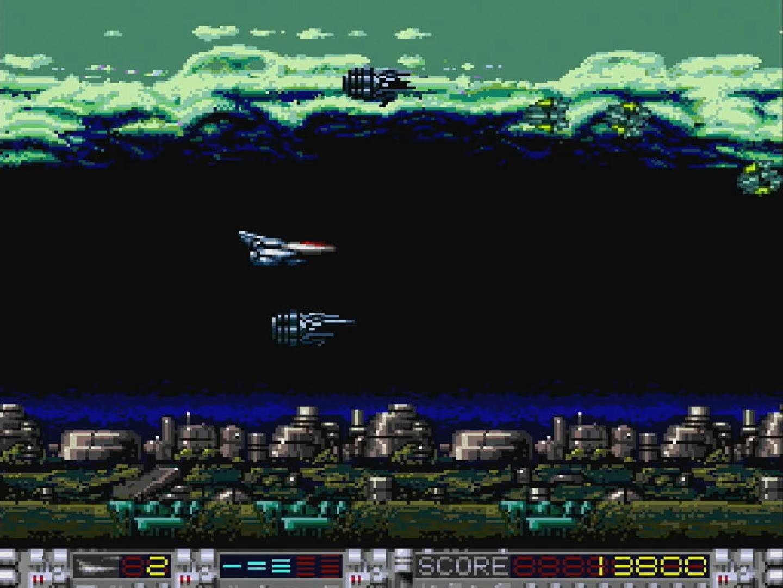 点滅している敵を破壊するとアイテムが出てくる。レーザーやスピード、シャトルなどのアイテムを取得して自機を強化する
