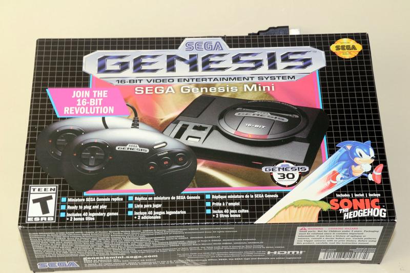 国内版とは本体の外見から違う「Sega Genesis Mini」。最大の魅力はやはり「3Bパッド」だ