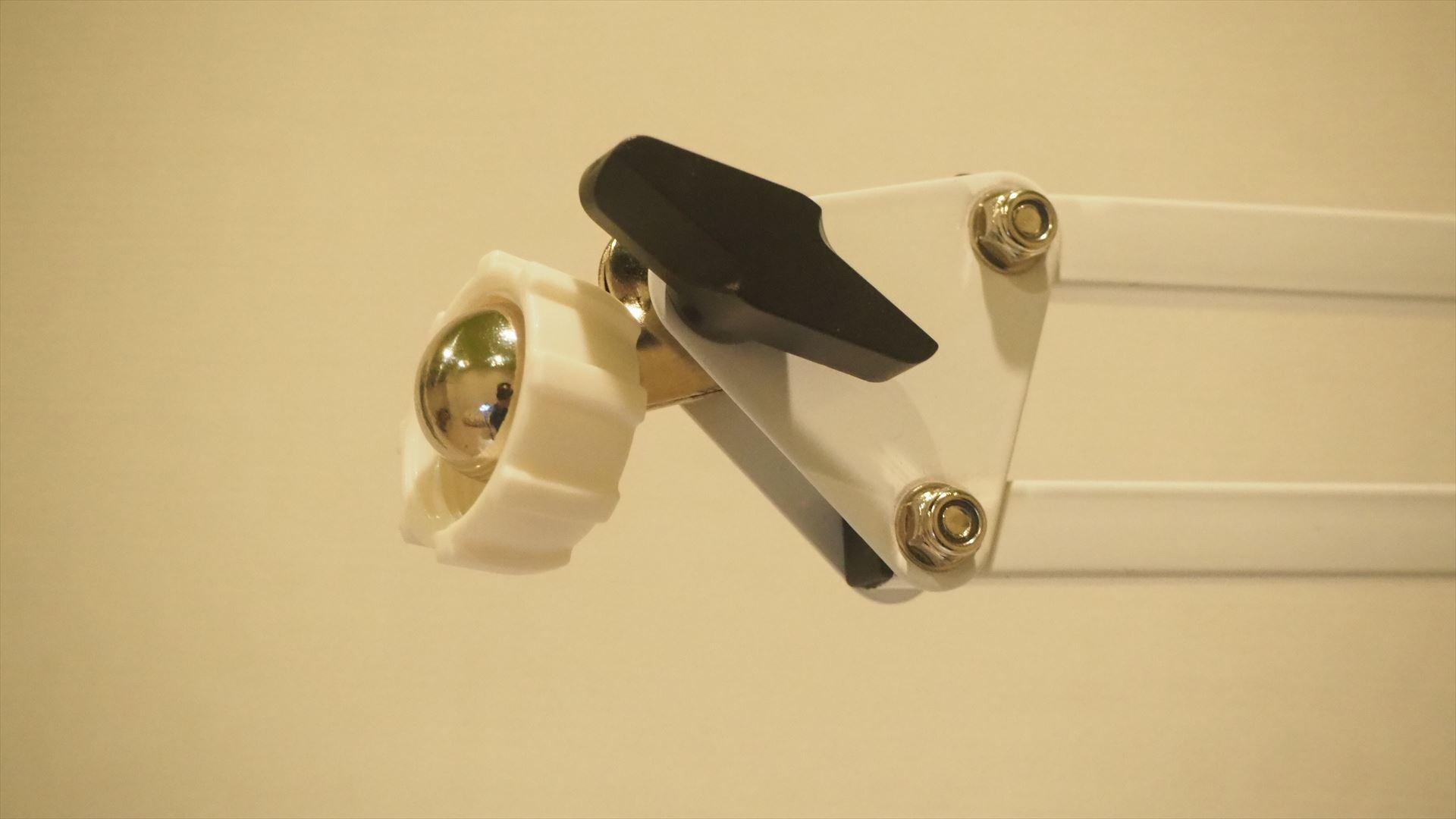 ホルダーについている固定ネジを外して、銀色の球体部分に通す