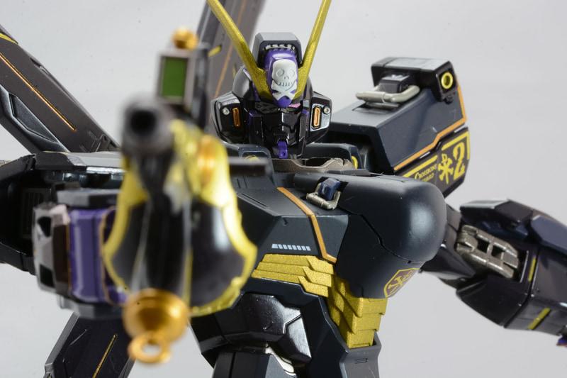 カットラスのようなビーム刀を発生させる「ビーム・ザンバー」と、ビーム・ピストルの「バスターガン」を合体させることでビーム・ライフル「ザンバスター」となる。片目を覆う眼帯のような装備は、V2ガンダムでも見られるもので、海賊らしさと、その後のモビルスーツの発展を想像させられる