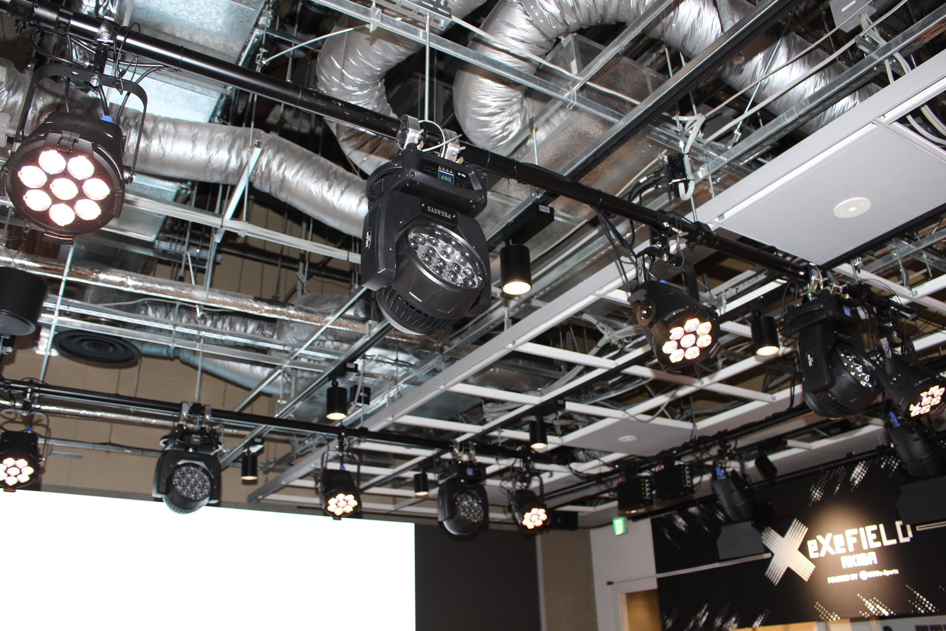 演出照明は天井に合計20基を設置している
