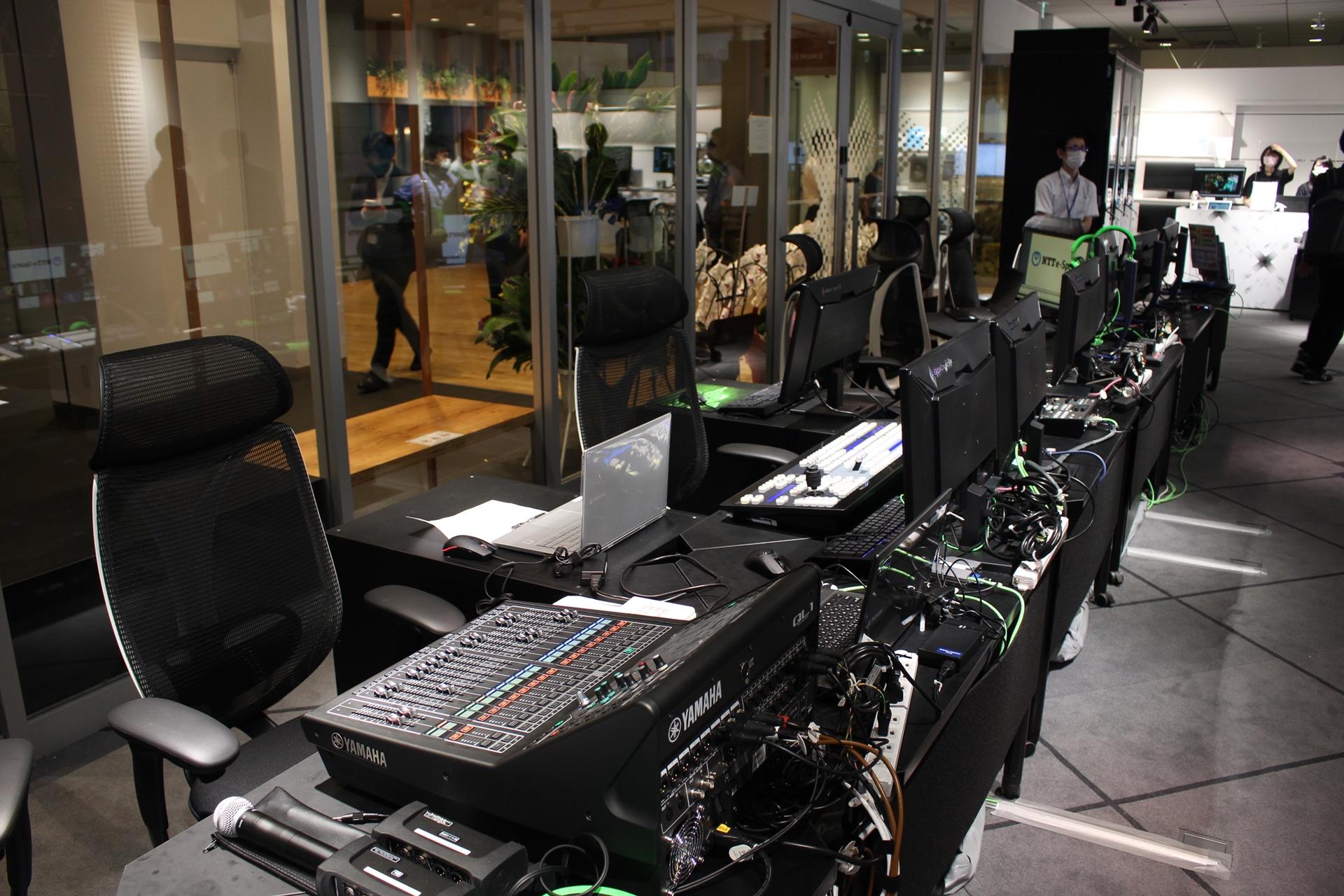 スイッチャー、音響、照明、映像などの機材が並んでいる