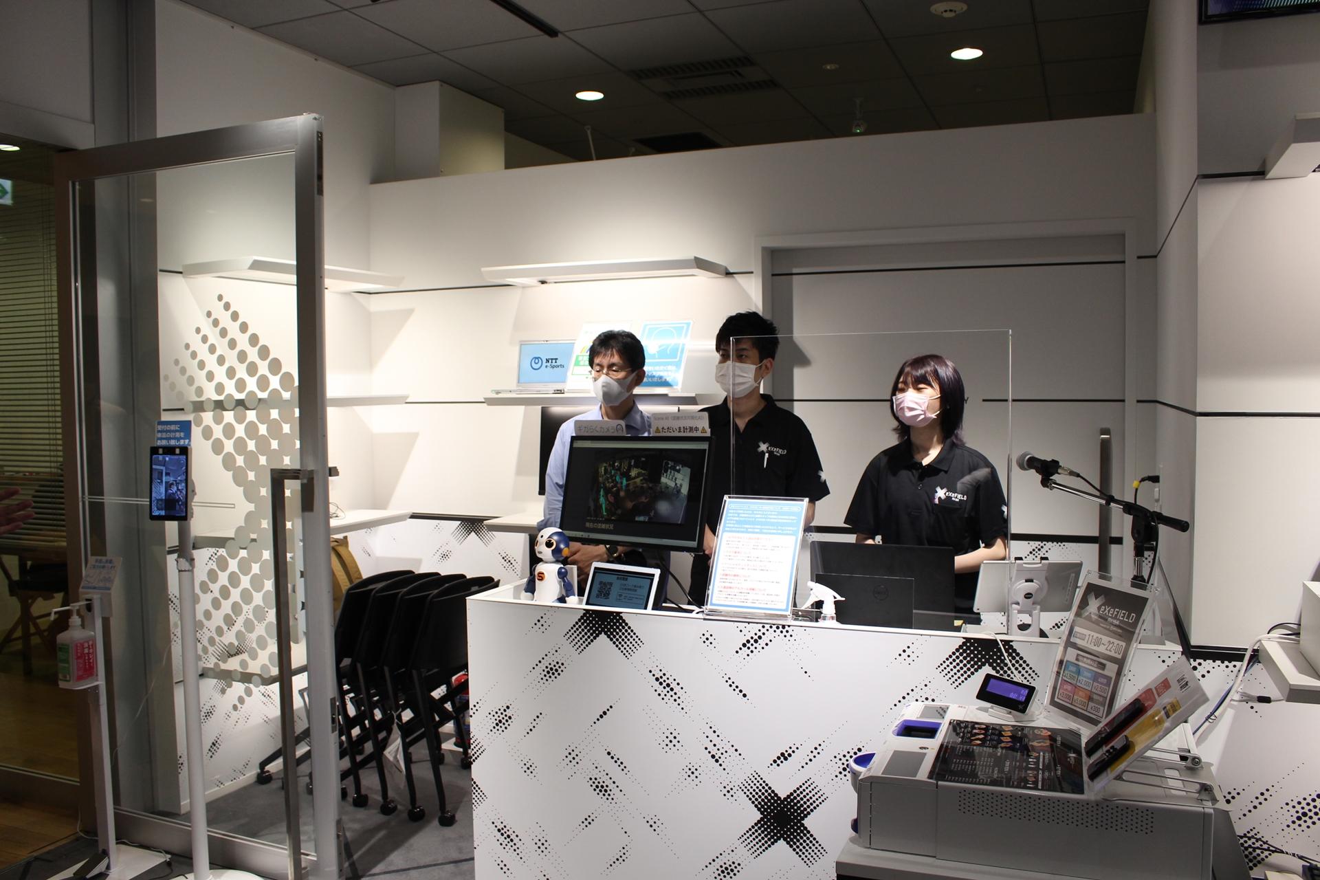 受付には消毒用アルコールと検温用モニターを設置。人員をできるだけ少なくするためにロボットの「Sota」も置かれており、Sotaは会員登録や利用規約の説明をしてくれる