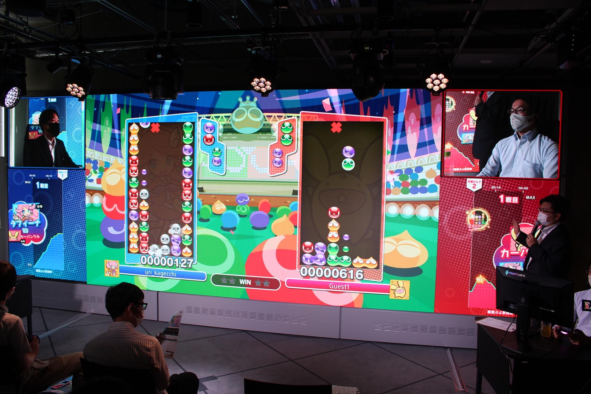 「ぷよぷよeスポーツ」を使ったデモンストレーション。画面を中央に、左右に選手の様子と情報が表示されている
