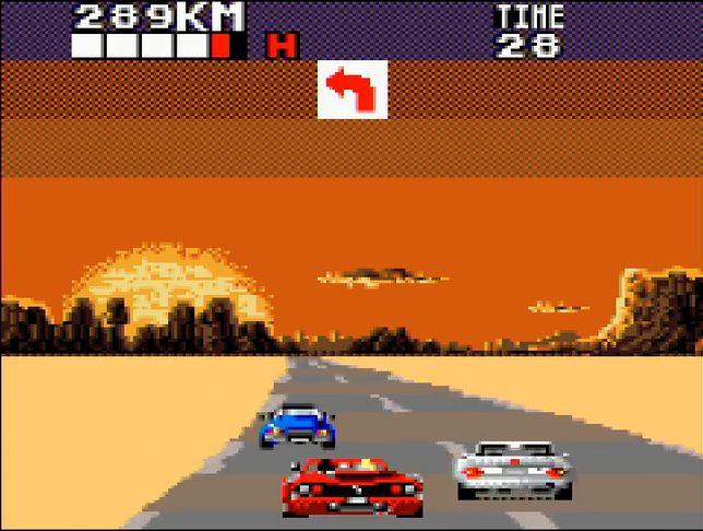 画面は小さいが、真っ赤なオープンカーを操って抜群のスピード感を体験できる面白さはアーケード版と変わらない