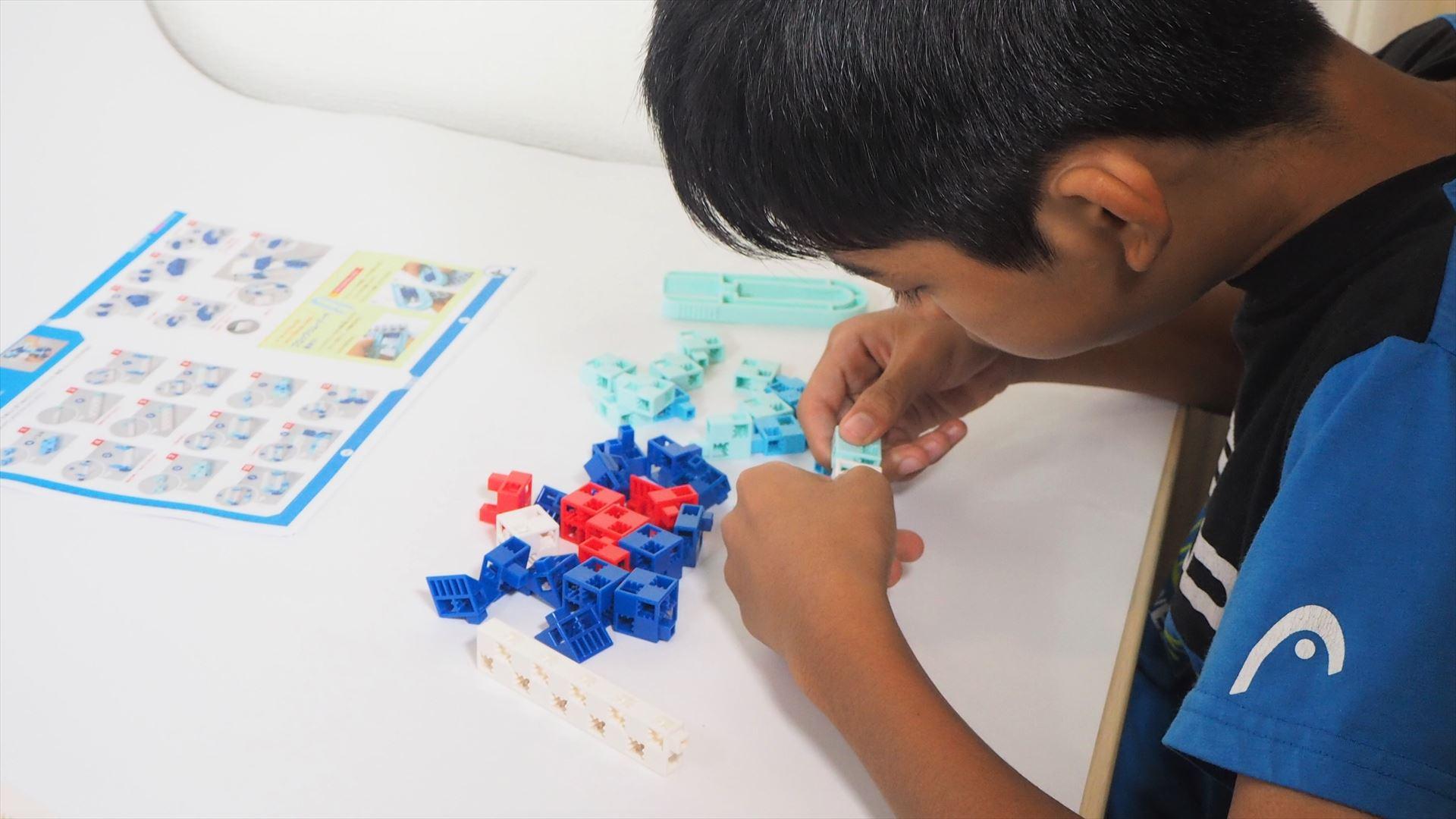 テキストを見ながら、ブロックを組み合わせてロックバスターを組み立てる