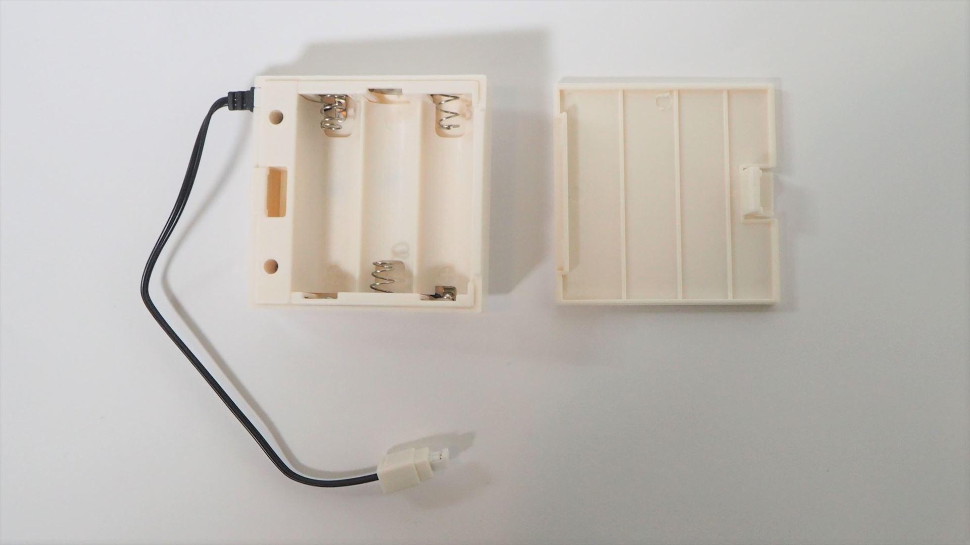 電池ボックスのフタをあけたところ。単3アルカリ電池3本で動作する