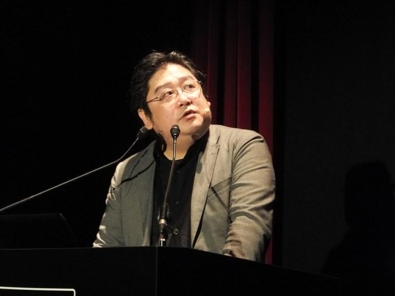 秋山氏は「黒い砂漠」の開発元であるパールアビスの日本法人立ち上げなど、ゲーム業会にさまざまな立場で広く関わってきた。なお、写真は「黒い砂漠 MOBILE」の発表会でプロデューサーとして登壇した際のもの
