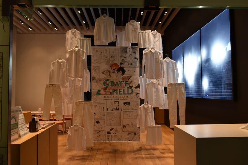 入り口にはエマたちが来ている白いシャツと白いパンツが飾られている